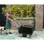 Frau mit Kinderwagen  1:35