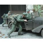 Deutsche Soldaten schieben Auto an, 2 Figuren 1:35