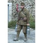 Französischer Soldat trägt 2 Milchkannen 1:35