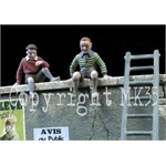 2 Kinder sitzen auf einer Mauer + Leiter 1:35