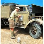 Dt. Soldat malt Takt. Zeichen,  Afrika Korps 1:35