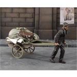 Evacuee pulling cart - Flüchtling mit Wagen