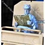 Beifahrer 2, sitzend mit Karte/Zeitung
