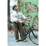 Zivilist schiebt ein Fahrrad 1:35