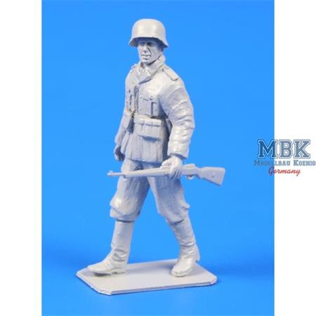 German WWII Soldier with Mauser Rifle 1/48