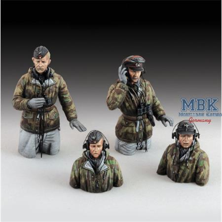 GERMAN TANK CREW IN WINTER DRESS - WWII  (1/35)